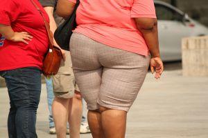 Übergewichtige Frau mit dickem Hintern